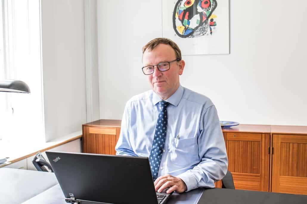 Advokat Lars Søndergaard ved computer