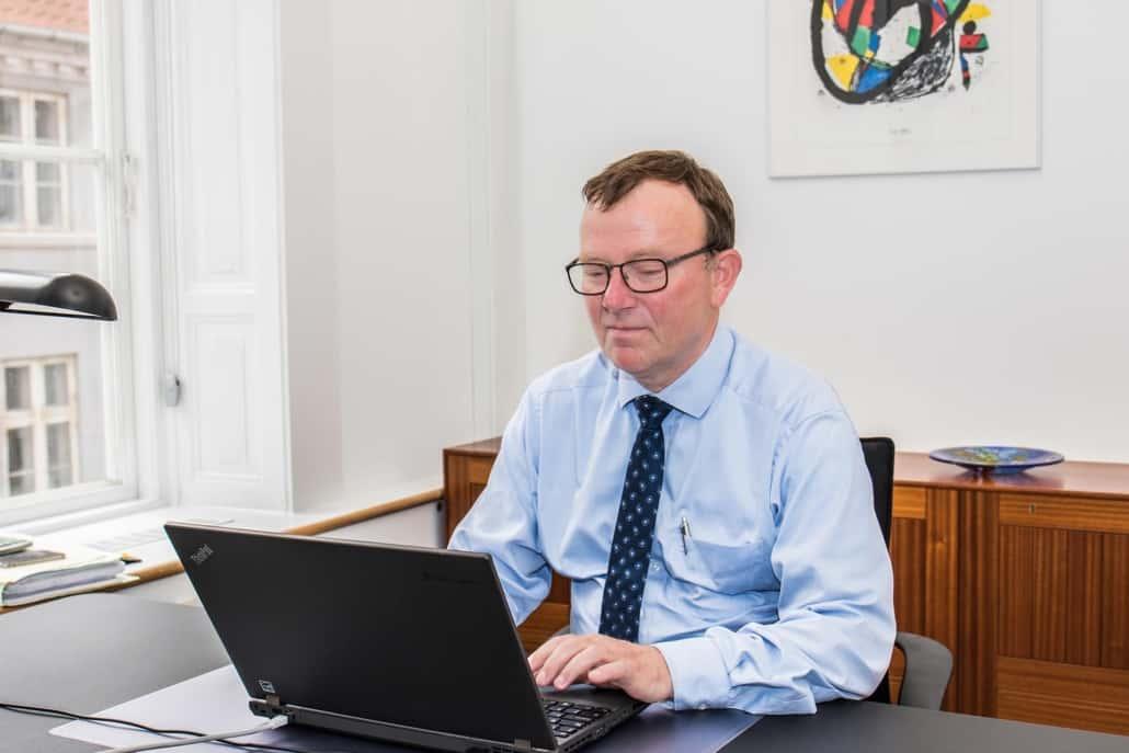 Advokat på kontor med bærbar pc